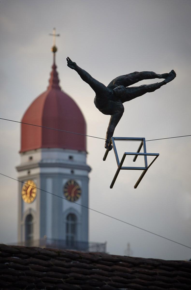"""Jerzy Kędziora, """"Akrobata z krzesełkiem"""", 2011, fot. Bartek Kędziora / fotografika studio, dzięki uprzejmości Artysty (źródło: materiały prasowe organizatora)"""