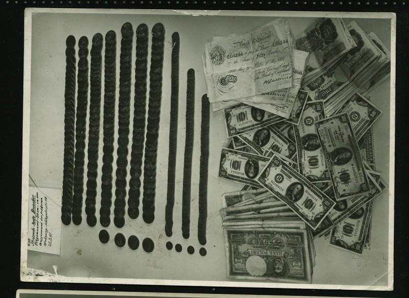 """Fotograf nieznany, """"Pieniądze znalezione w żydowskim domu"""", Łódź, 1941, zbiory prywatne (źródło: materiały prasowe organizatora)"""
