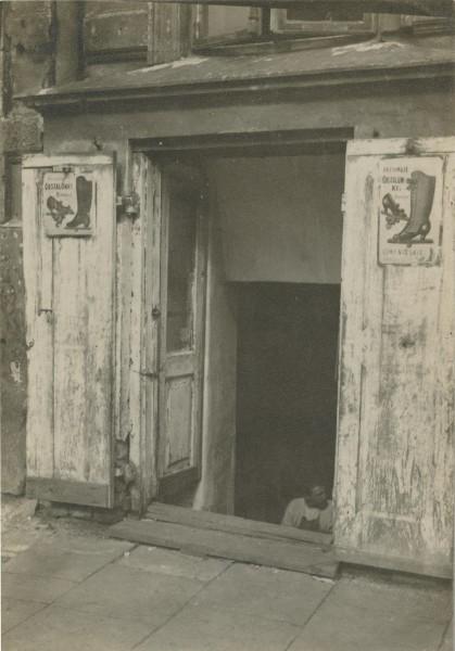 """Kaufmann, """"Sklep szewca przy ul. Żelaznej w Warszawie"""", ok. 1915. Ze zbiorów Muzeum Etnograficznego im. Seweryna Udzieli w Krakowie (źródło: materiały prasowe organizatora)"""