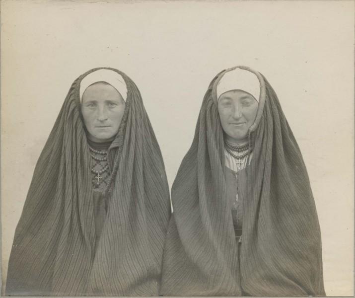 """Schultz, """"Kobiety w strojach ludowych, kieleckie"""", 1916. Ze zbiorów Muzeum Etnograficznego im. Seweryna Udzieli w Krakowie (źródło: materiały prasowe organizatora)"""