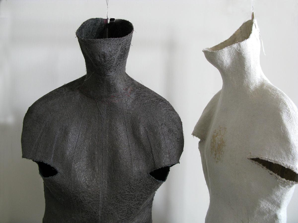 Magdalena Moskwa, bez tytułu, 2008-2014, instalacja, metal haft maszynowy (źródło: materiały prasowe organizatora)
