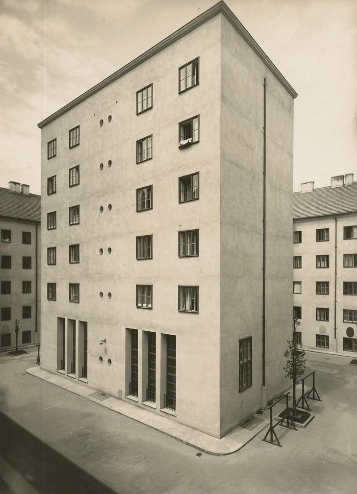 Klose-Hof (Volkswohnhaus), Wien 1924-25, Architekt Josef Hoffmann, Fotograf Julius Scherb, Landesmuseum Oldenburg (źródło: materiały prasowe organizatora)
