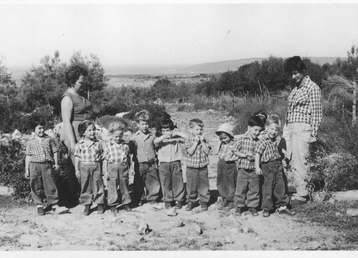 Na zdjęciu: Yel Neeman piąta z prawej, Kibutz (źródło: materiały prasowe organizatora)