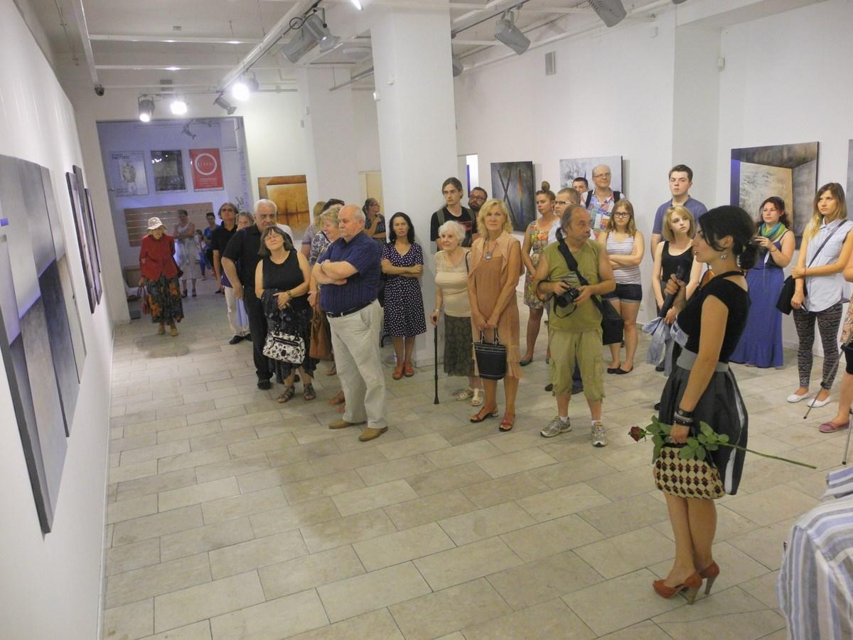 """Karolina Jaklewicz, """"Metafizyka geometrii"""", wernisaż wystawy, Galeria Sztuki w Legnicy, 18 lipca 2014 r. (źródło: materiały prasowe organizatora)"""