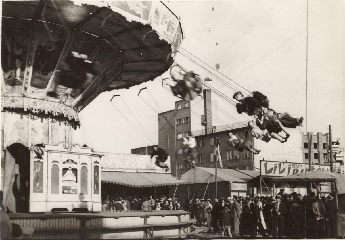 """Dni Krakowa – """"wesołe miasteczko"""" w parku Jordana. Fot. Agencja Fotograficzna """"Światowid"""", 1937, ze zbiorów Muzeum Historycznego Miasta Krakowa (źródło: materiały prasowe)"""