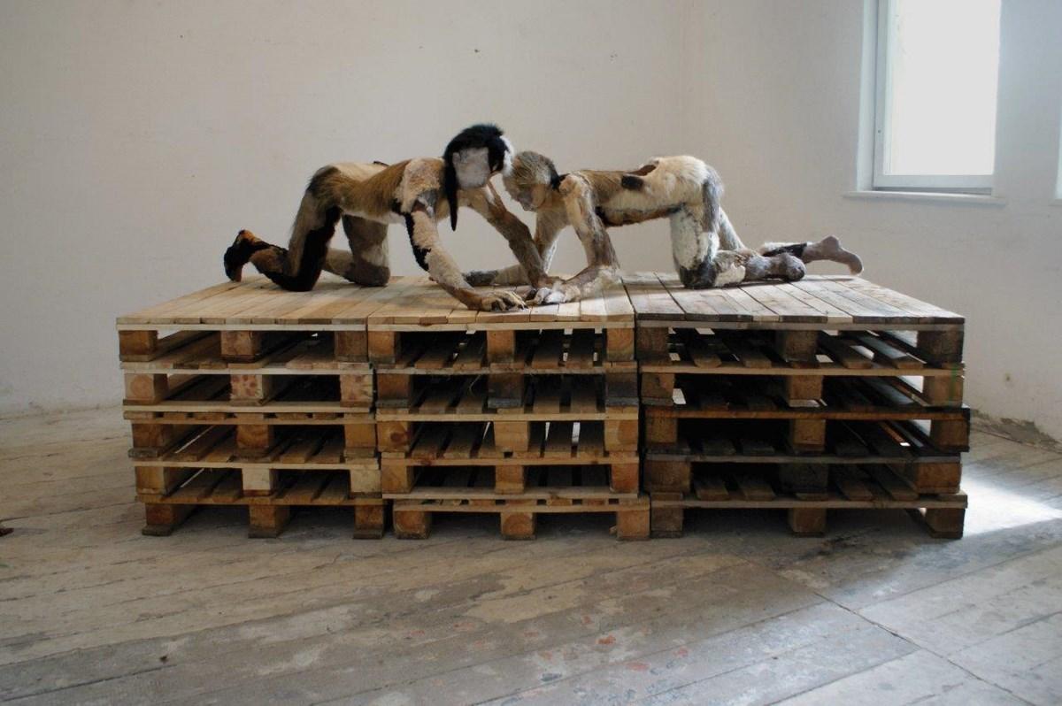 """Wystawa """"Limits of Globalisation – Granice Globalizacji"""" w ramach """"Projektu Polish Art Tomorrow"""": zdjęcie Liliana Piskorska, """"Suki. Autoportret z kochanką"""", Galeria nad Wisłą, 2013 (źródło: materiały prasowe organizatora)"""