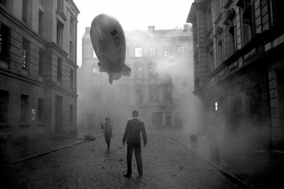 "Wystawa ""Berlin Heist"": zdjęcie Julian Rosefeldt, ""Deep Gold"", 2013, 1-channel film, b/w, sound, HD, 18min 12sec look (źródło: materiały prasowe organizatora)"