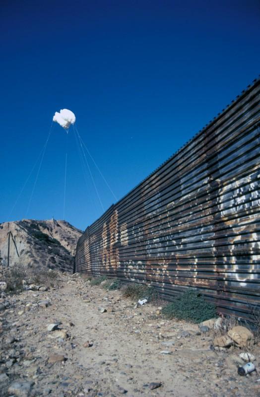 """Alfredo Jaar, """"Chmura"""", 2000, interwencja w sferze publicznej, Valle del Matador, Tijuana – San Diego, granica amerykańsko-meksykańska, dzięki uprzejmości artysty, Nowy Jork (źródło: materiały prasowe organizatora)"""
