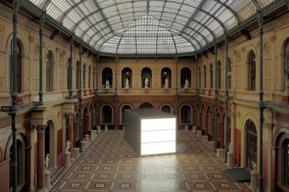 """Alfredo Jaar, """"Brzmienie ciszy"""", 2006, drewniana konstrukcja, aluminium, lampy fluoroscencyjne, lampy ledowe, lampy błyskowe, statywy, projekcja wideo (8:00 zapętlone), projekt oprogramowania: Ravi Rajan, widok instalacji w École des Beaux Arts, Paryż, 2011, dzieki uprzejmości Galería Oliva Arauna, Madryt; kamel mennour, Paryż; Galerie Lelong, Nowy Jork; Galerie Thomas Schulte; Berlin i artysty, Nowy Jork (źródło: materiały prasowe organizatora)"""