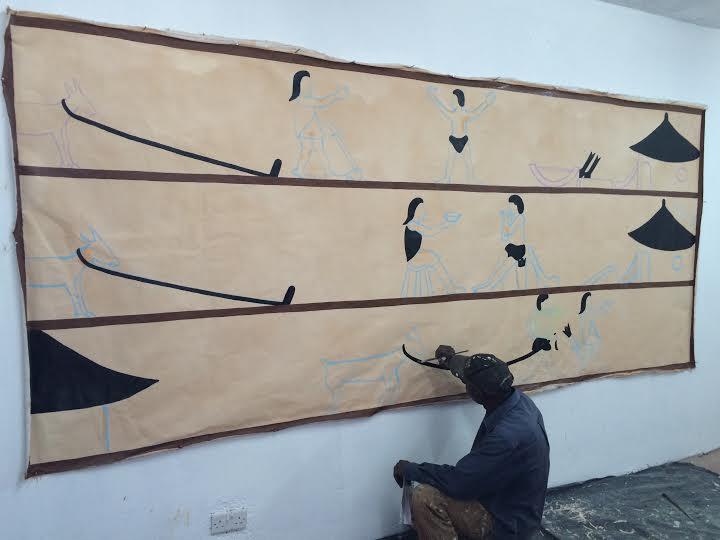"""Próba przeniesienia fragmentu muralu edukacyjnego na wystawę """"Kombucha"""", Kennedy Olouch (źródło: materiały prasowe organizatora)"""