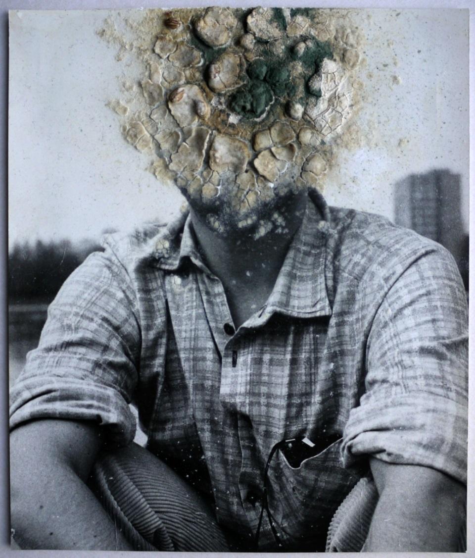 """Konrad Kuzyszyn, """"Autoportret ze światłomierzem"""", 1986 (źródło: materiały prasowe organizatora)"""