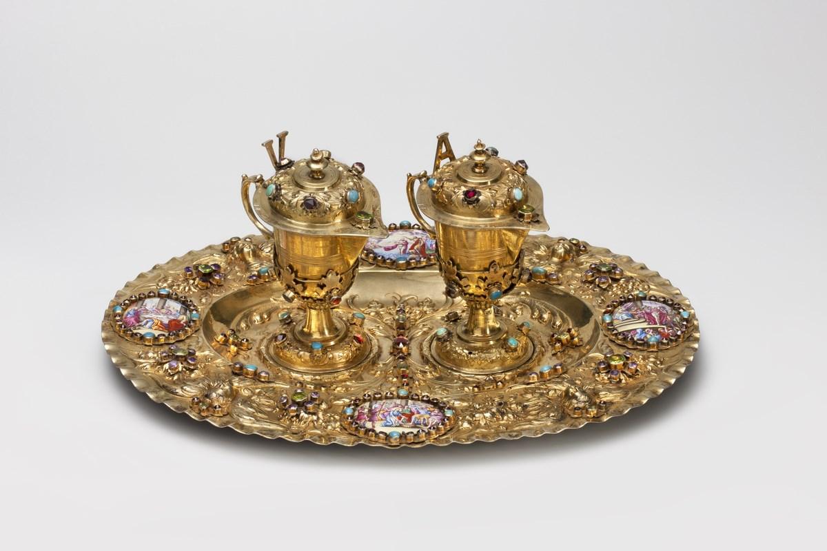 """Michael Mair (czynny w latach 1677–1714), """"Taca z parą ampułek"""", Augsburg (Niemcy), 1695–1700, Muzeum Archidiecezjalne w Warszawie, nr inw. MAW – 6730 (taca); nr inw. MAW – 6731 (ampułki) (źródło: materiały prasowe organizatora)"""