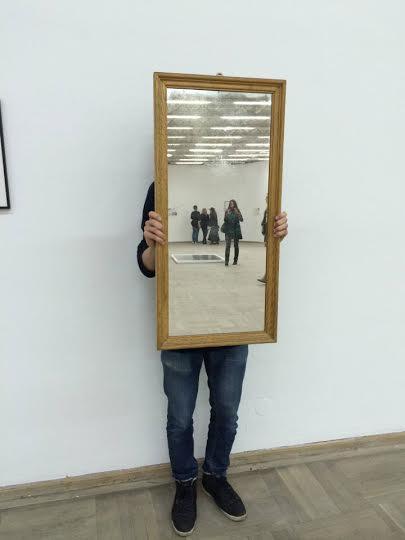 Lustrzanka, czyli performance na wystawie Michała Jelskiego, fot. B. Przybył Ołowski (źródło: materiały prasowe organizatora)