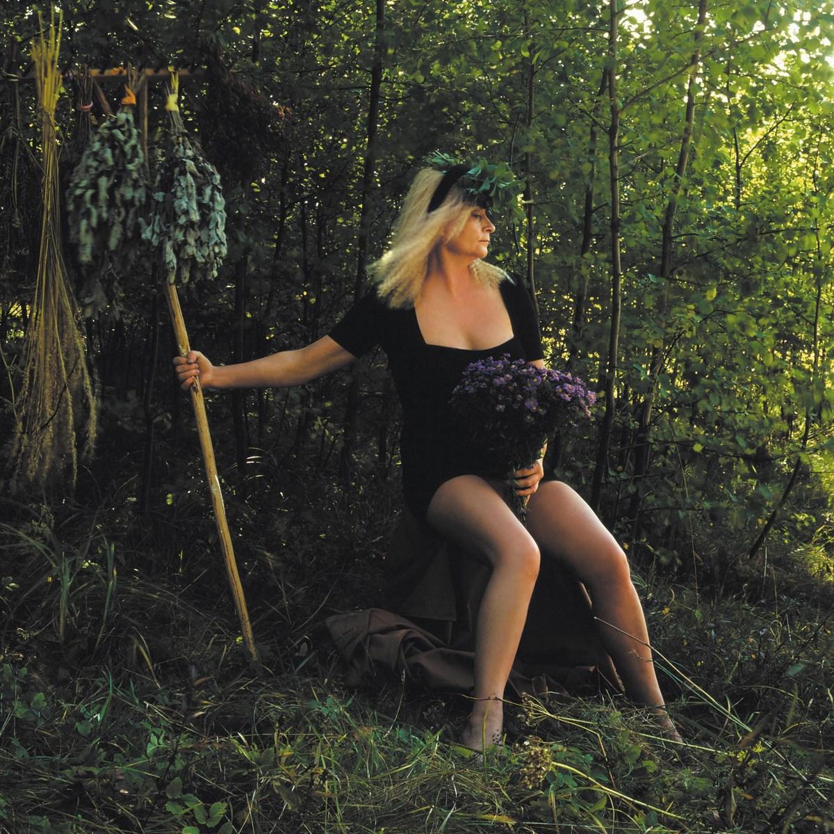 """Natalia LL, """"Brunhilda I"""", (""""Czarownica""""), 1993, fotografia barwna, 300 x 300 cm. Dzięki uprzejmości artystki (źródło: materiały prasowe organizatora)"""