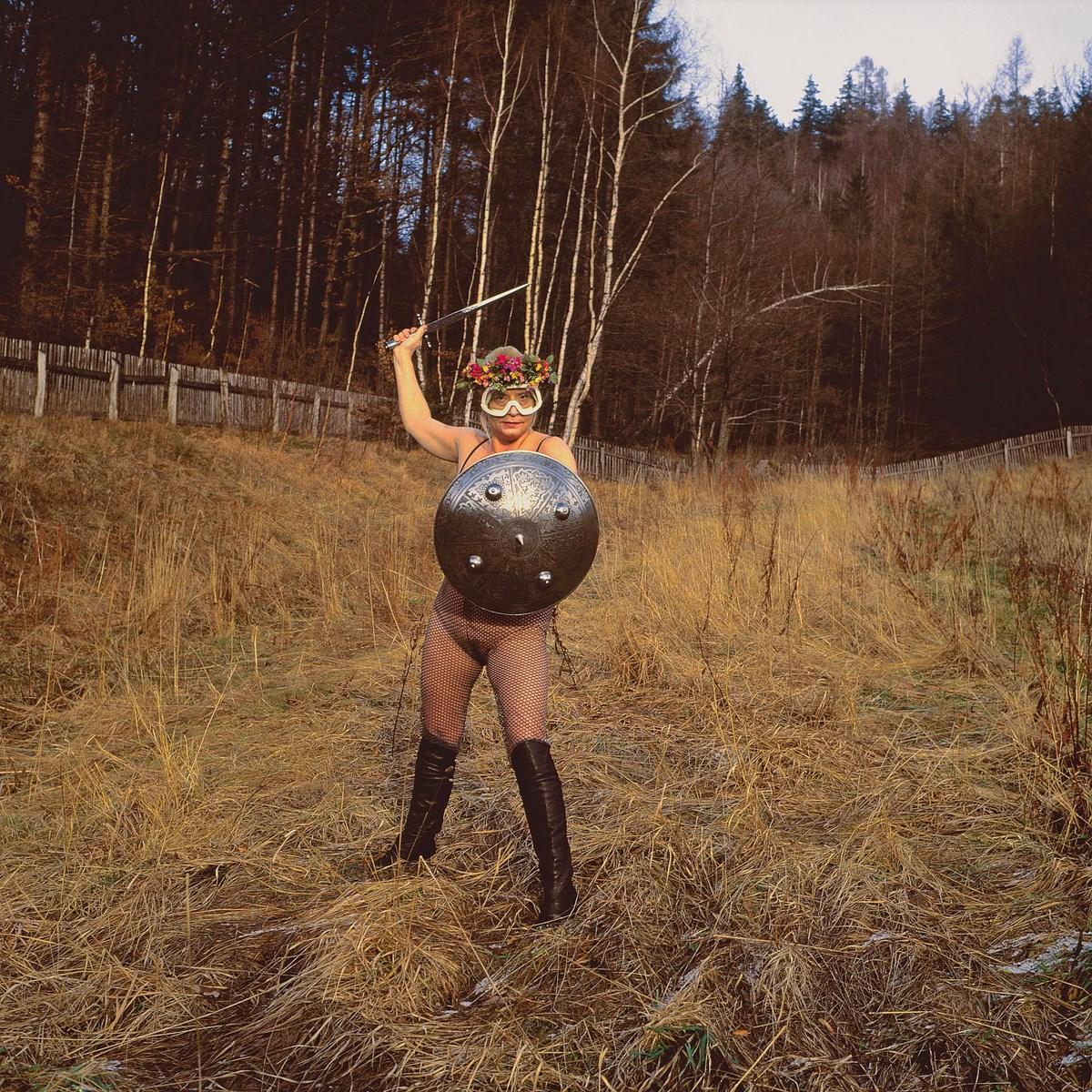 """Natalia LL, """"Brunhilda III"""" (""""Biada""""), 1995, zapis fotograficzny performansu, fotografia barwna, 300 x 300 cm. Dzięki uprzejmości artystki (źródło: materiały prasowe organizatora)"""