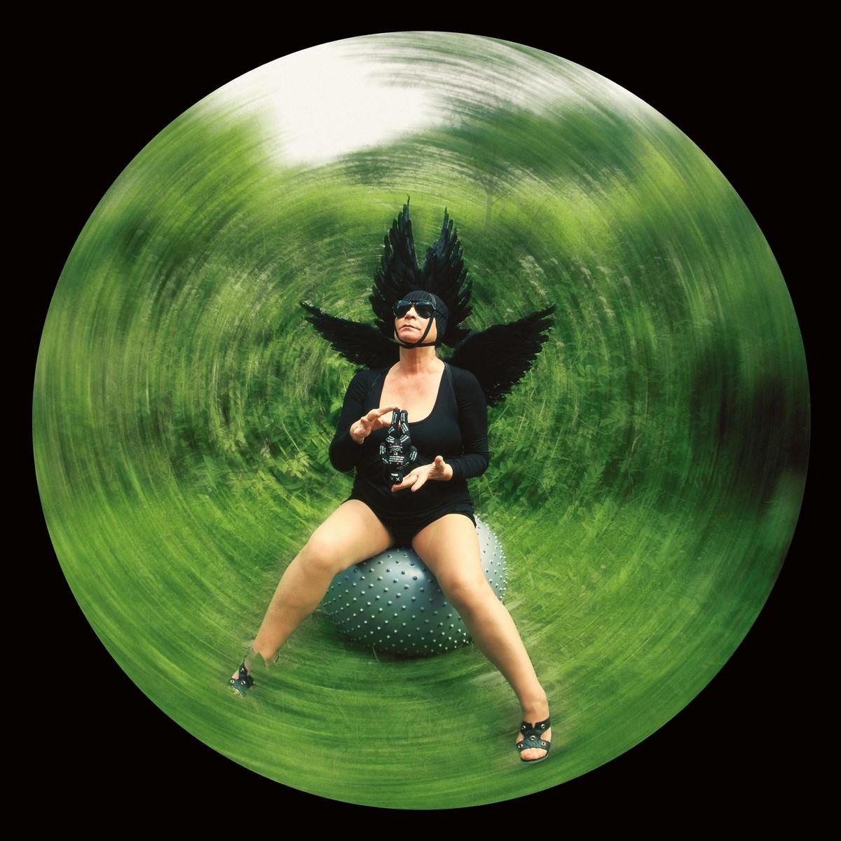 """Natalia LL, """"Kruk"""" (""""Kruk Odyna""""), 2009, fotografia barwna, druk pigmentowy, wym. 300 x 300 cm. Dzięki uprzejmości artystki (źródło: materiały prasowe organizatora)"""