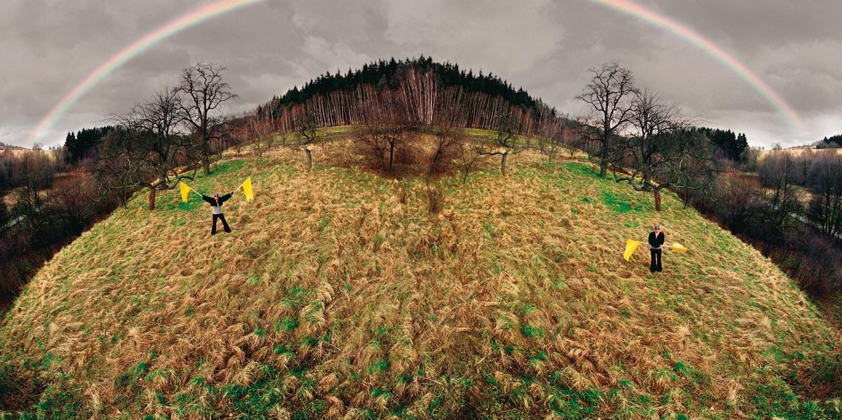 """Natalia LL, """"Tęcza Europa"""", 2004, 2 fotografie (dyptyk) barwne cprint, na płycie dibond, 120 x 120 cm każda. Dzięki uprzejmości artystki (źródło: materiały prasowe organizatora)"""