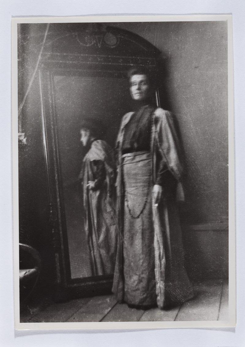 Olga Boznańska w domu przy ul. Wolskiej 21 w Krakowie, fot. nieznany, ok. 1913, Muzeum Narodowe w Warszawie © Copyright by Ligier Piotr / Muzeum Narodowe w Warszawie (źródło: materiały prasowe organizatora)