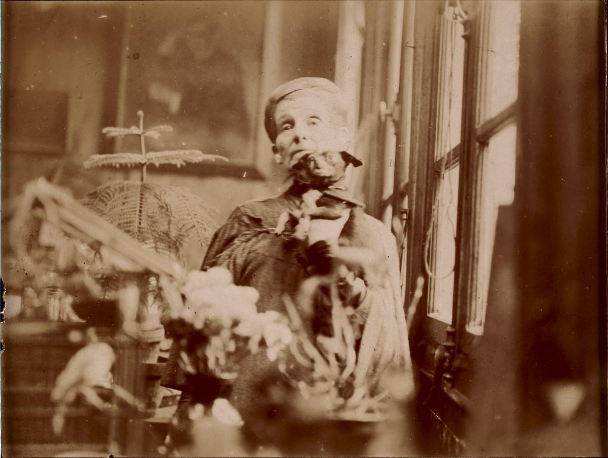 Olga Boznańska w pracowni paryskiej, fot. nieznany, ok. 1930, Towarzystwo Historyczno-Literackie, Biblioteka Polska w Paryżu. Fot. Adam Rzepka (źródło: materiały prasowe organizatora)