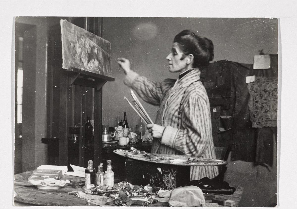 Olga Boznańska w pracowni w Krakowie, fot. nieznany, ok. 1920, Muzeum Narodowe w Warszawie © Copyright by Ligier Piotr / Muzeum Narodowe w Warszawie (źródło: materiały prasowe organizatora)