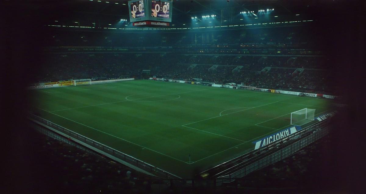 """Roland Wirtz, """"90 minut"""": Gelsenkirchen, Veltins Arena – 06 kwietnia 2006, Schalke 04 – Levski Sofia, bezpośrednie naświetlenie, Cibachrome, 1,27 × 2,20 m, fot. dzięki uprzejmości artysty (źródło: materiały prasowe)"""