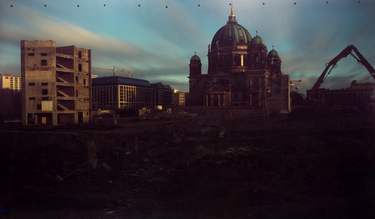 """Roland Wirtz, """"Kairos"""": Berlin, Schlossplatz – 22 listopada 2008 – zburzenie Pałacu Republiki I, bezpośrednie naświetlenie, Cibachrome, 1,27 × 2,20 m, fot. dzięki uprzejmości artysty (źródło: materiały prasowe)"""