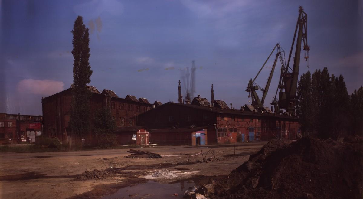 """Roland Wirtz, """"Kairos"""": Stocznia Gdańska – 8 sierpnia 2013, bezpośrednie naświetlenie, Cibachrome, 1,27 × 2,20 m, fot. dzięki uprzejmości artysty (źródło: materiały prasowe)"""