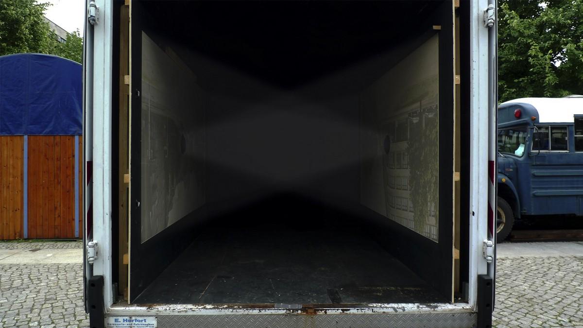 """Roland Wirtz podczas pracy nad cyklem """"Interferencje"""", fot. dzięki uprzejmości artysty (źródło: materiały prasowe)"""