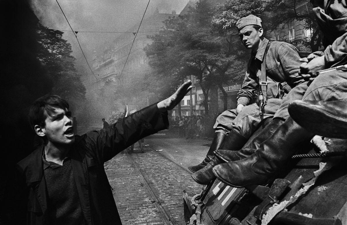 """Josef Koudelka, """"Inwazja wojsk Układu Warszawskiego przed główną siedzibą radia"""", z cyklu """"Inwazja. Praga 68"""" (źródło: materiały prasowe organizatora)"""