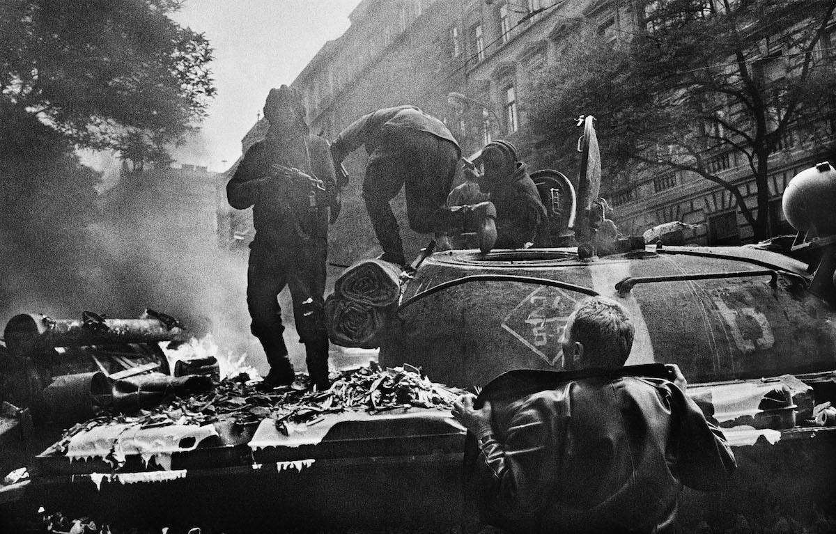 """Josef Koudelka, """"Inwazja wojsk Układu Warszawskiego w pobliżu głównej siedziby radia"""", z cyklu """"Inwazja. Praga 68"""" (źródło: materiały prasowe organizatora)"""