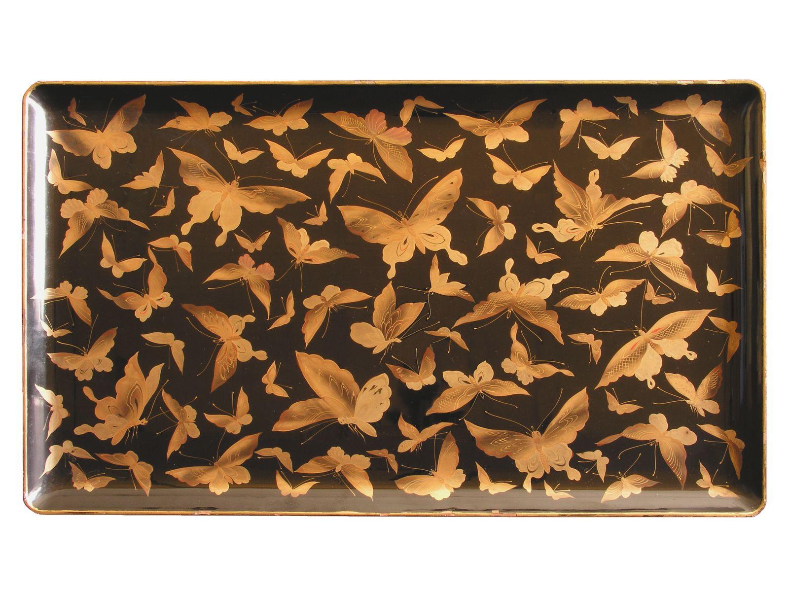 Taca zdobiona rojem złotych motyli, okres Meiji, XIX/XX w. laka czarna, dekoracja złotym proszkiem, w technice maki-e Muzeum Narodowe w Warszawie dar Juliusza Blocka, 1935 (źródło: materiały prasowe)