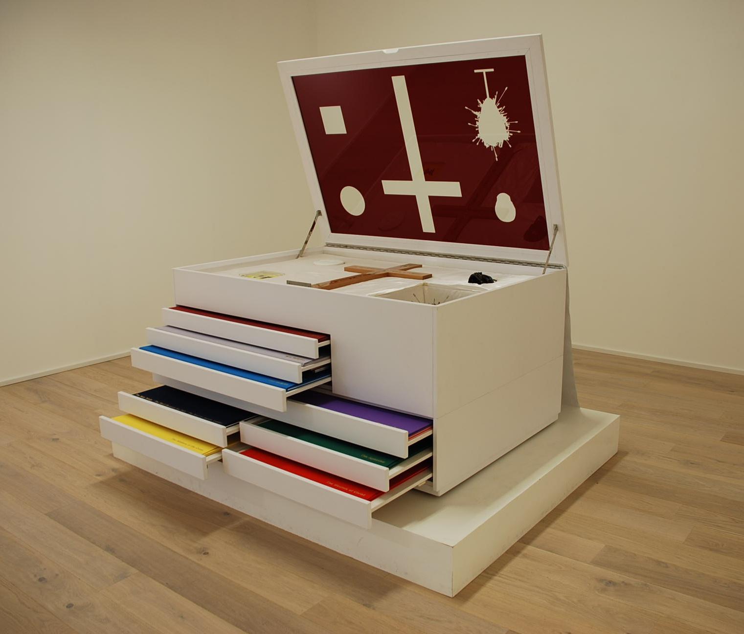 """""""New Religion. The chest"""" (""""Nowa Religia. Gablota""""), 2005 / © Damien Hirst and Science Ltd. (źródło: materiały prasowe organizatora)"""