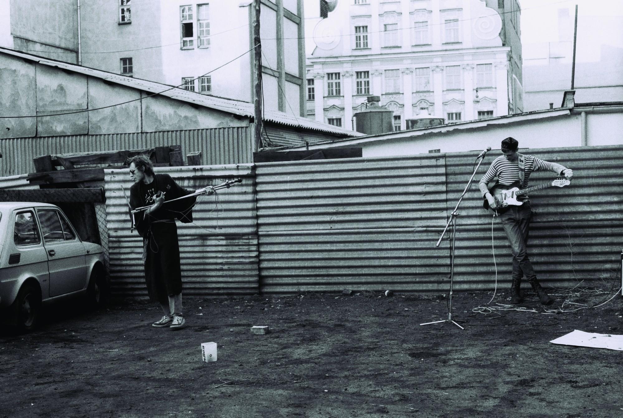 """Koncert Krzysztofa """"Kamana"""" Kłosowicza i Macieja Maleńczuka, Wrocław, koniec lat 80., fot. Mirosław Emil Koch (źródło: materiały prasowe organizatora)"""