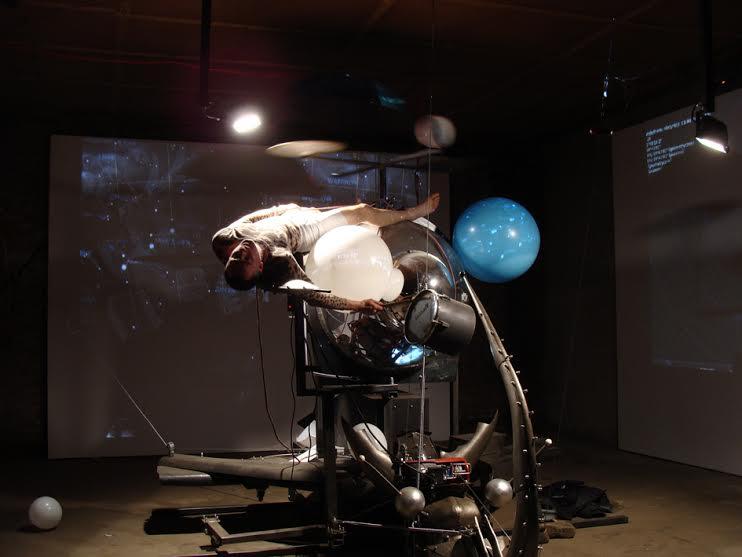 """Marek Rogulski, """"Ślepa plamka 3D"""", performance, 2014 r. (źródło: materiały prasowe)"""