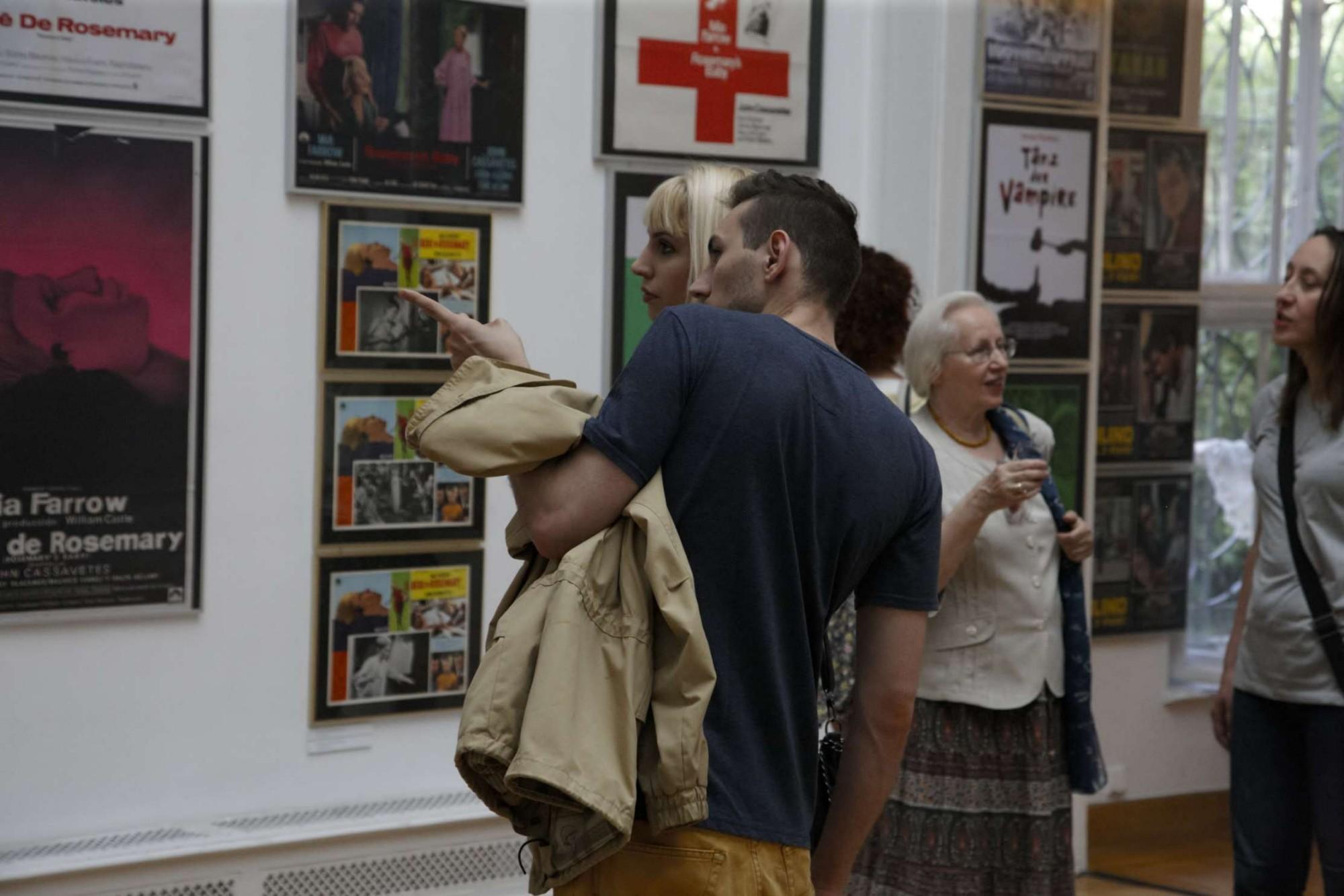 """Wernisaż wystawy """"Filmy Romana Polańskiego w światowym plakacie filmowym"""" (źródło: materiały prasowe organizatora)"""