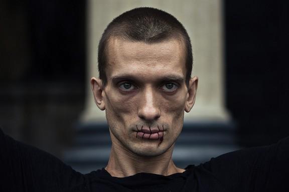 """Petr Pavlensky, dokumentacja akcji """"Szew"""", fot. Gleb Haski (źródło: materiały prasowe organizatora)"""