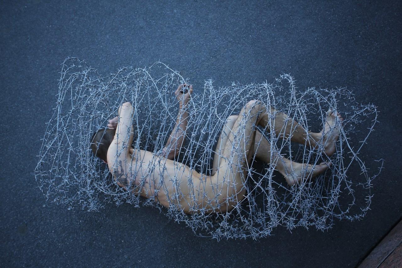 """Petr Pavlensky, dokumentacja akcji """"Tusza"""" (źródło: materiały prasowe organizatora)"""