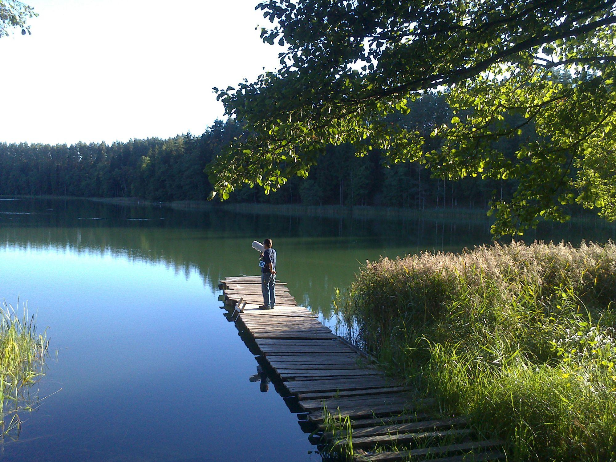 """""""Ogrody"""", Krzysztof Topolski, dokumentacja projektu """"Nagrania terenowe"""", Jezioro Jałowo, wieś Kurianki, 2013, fot. dzięki uprzejmości artysty (źródło: materiały prasowe)"""