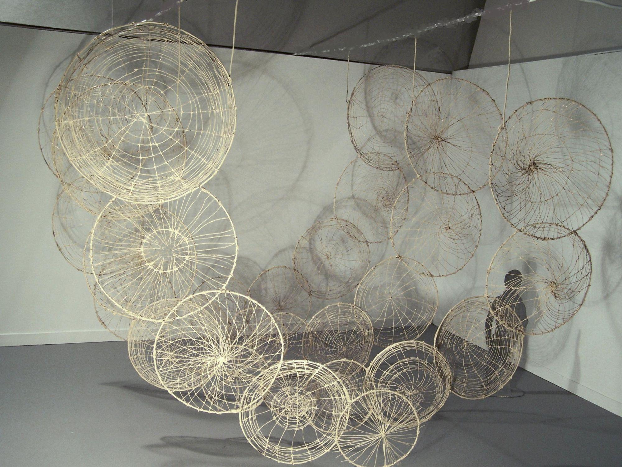 """""""Ogrody"""", Mirosław Maszlanko, """"Membrany"""", 2015, obiekt przestrzenny: kręgi drewniane, trawa, wosk, wizualizacja pracy na wystawie (źródło: materiały prasowe)"""