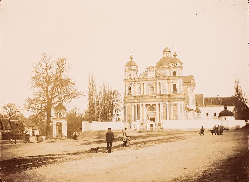 Widok na kościół św. Piotra i Pawła na Antokolu, Wilno, fotografia czarno-biała, brom tonowany (źródło: materiały prasowe)