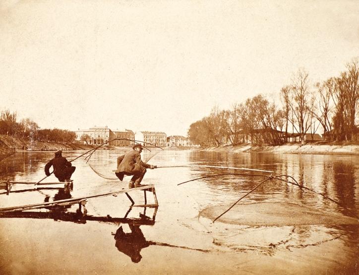 Rybacy łowiący podrywkami ryby nad Wilią, Wilno, przełom XIX i XX wieku, fotografia czarno-biała, brom tonowany (źródło: materiały prasowe)