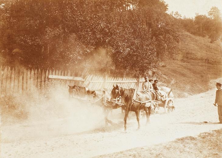Droga z zaprzęgiem trzykonnym, okolice Wilna, 1897, fotografia czarno-biała, brom tonowany (źródło: materiały prasowe)