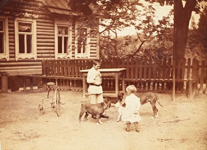 Dzieci Fleurych bawiące się na podwórzu, okolice Wilna, przełom XIX/XX wieku, fotografia czarno-biała, brom tonowany (źródło: materiały prasowe)