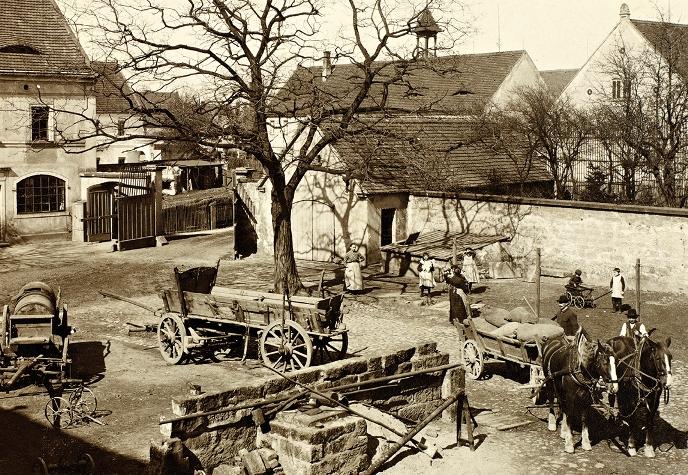 Widok z góry na podwórze, Wilno, przełom XIX/XX wieku, okolice Wilna, fotografia czarno-biała, brom (źródło: materiały prasowe)