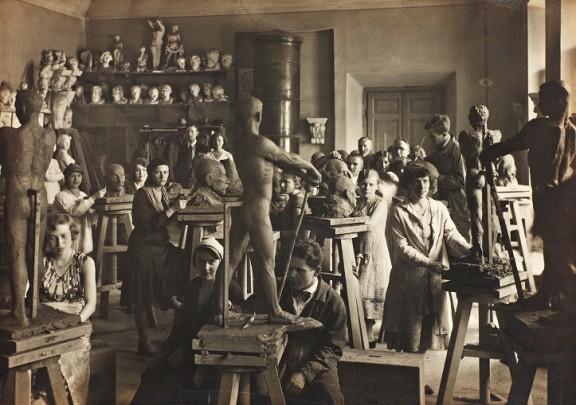 W pracowni, Wilno, fotografia czarno-biała, przełom XIX/XX wieku, brom (źródło: materiały prasowe)