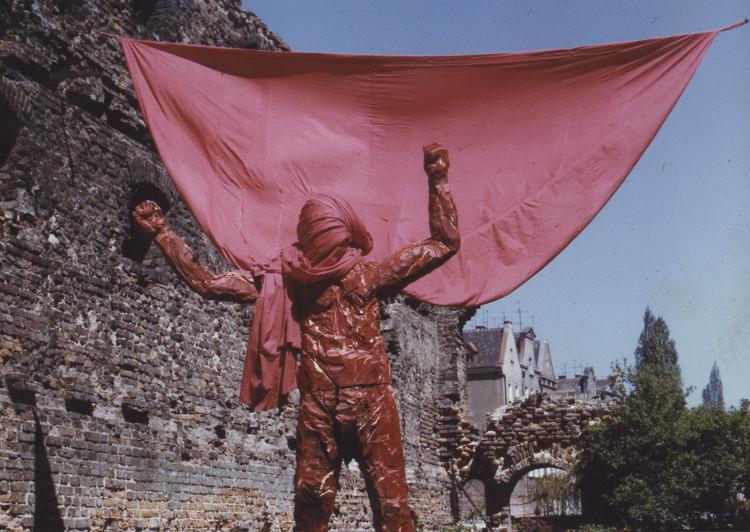 """""""Golem, czyli I wojna światowa"""", Grzegorz Klaman, 1987, Wyspa Spichrzów, wystawa """"Rzeżba-instalacja-obraz"""" (źródło: materiały prasowe organizatora)"""