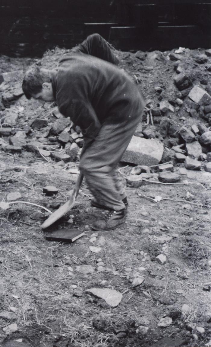 Zakopywanie książek, Grzegorz Klaman, 1987, Wyspa Spichrzów (źródło: materiały prasowe organizatora)