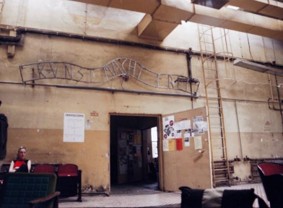 """""""Kunst macht frei"""", Grzegorz Klaman, 2003, Modelarnia (źródło: materiały prasowe organizatora)"""