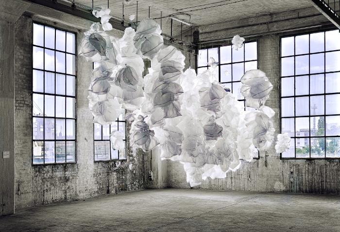 """Improwizowany prototyk z serii """"Obłoki"""", Yona Friedman, Alternativa 2014, """"Codzienność"""", hala B90 (źródło: materiały prasowe organizatora)"""