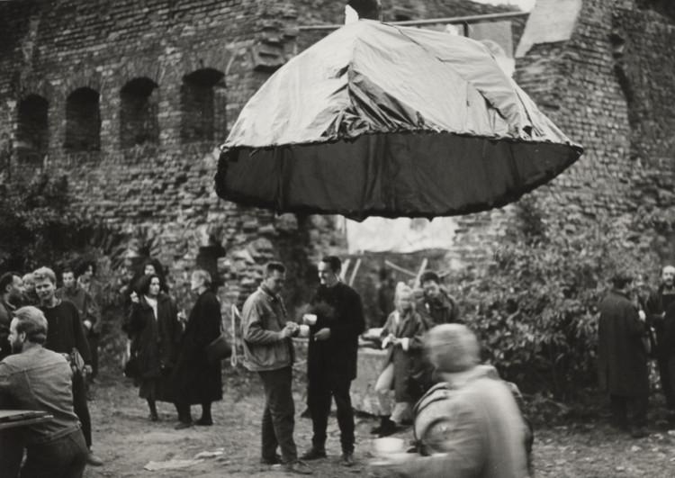 """Wernisaż wystawy """"Teraz jest teraz"""", 1988, Wyspa Spichrzów (źródło: materiały prasowe organizatora)"""